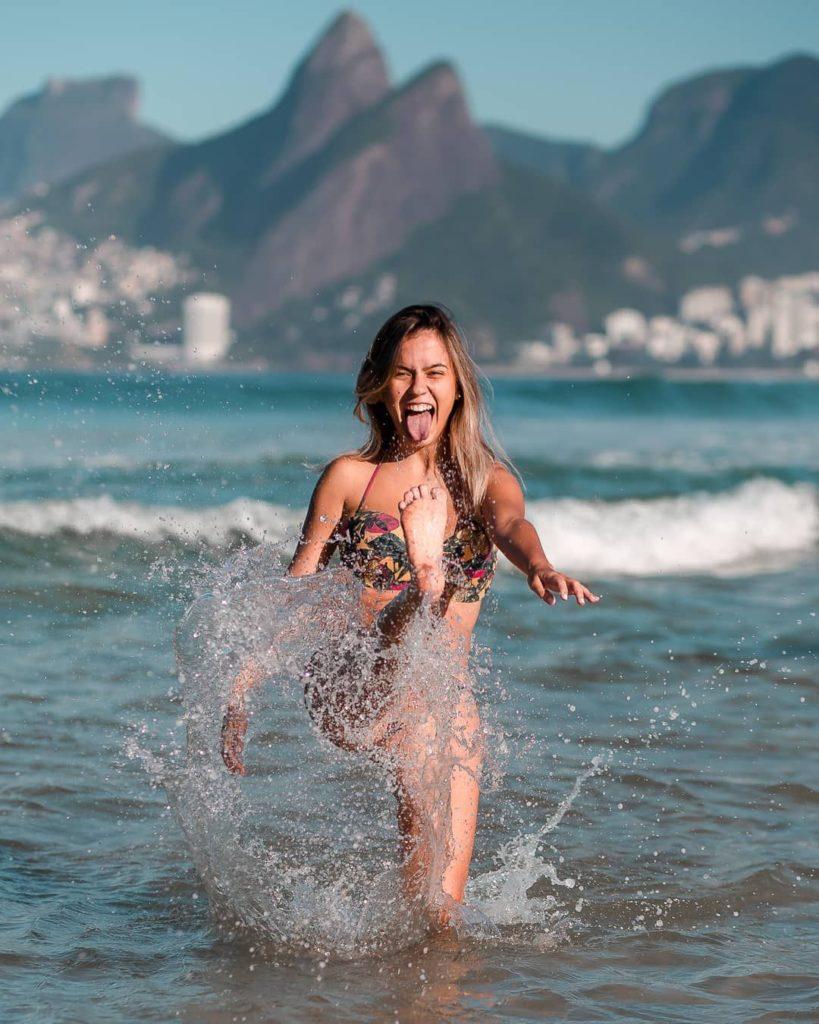 mulher chutando a água