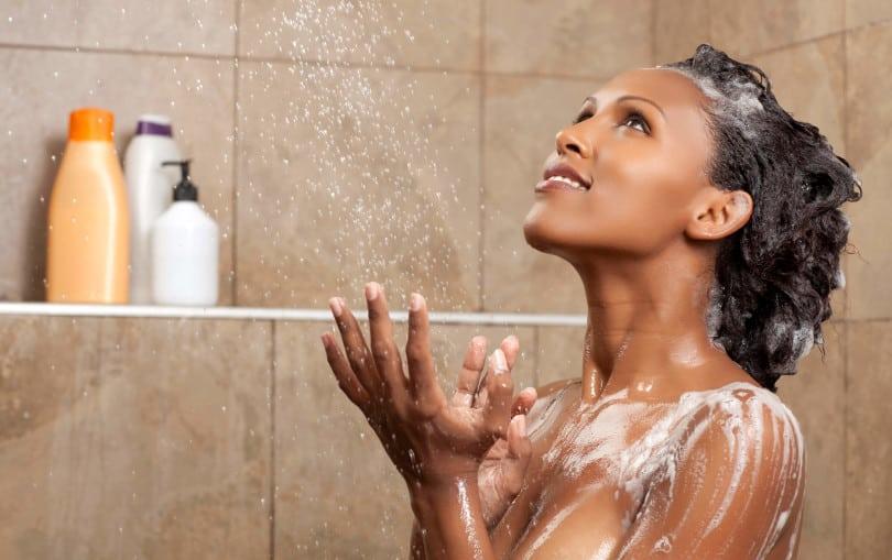 mulher tomando banho e lavando o cabelo