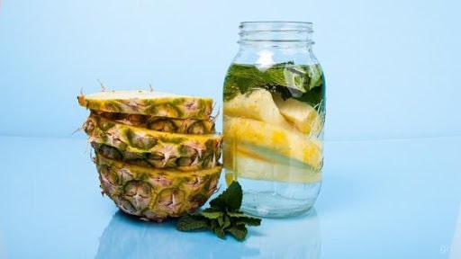 água aromatizada de abacaxi com hortelã