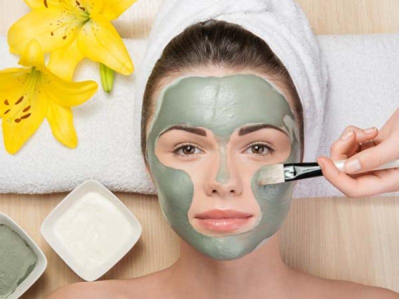 mulher fazendo tratamento na pele do rosto