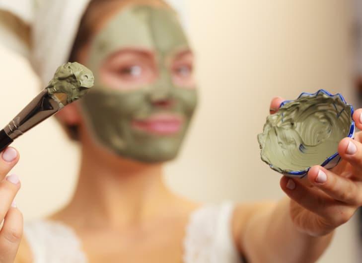argila verde na pele do rosto