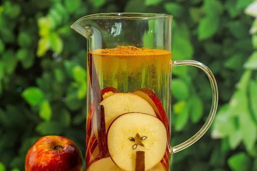 água saborizada de maçã com canela