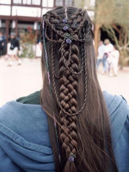 cabelo preto com tranças medievais