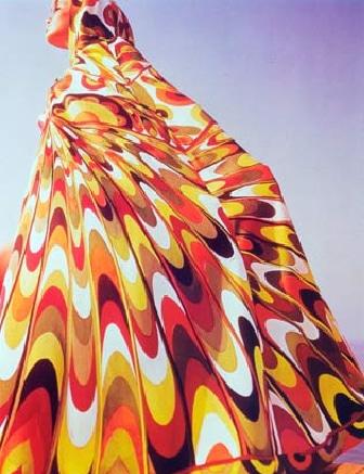 vestido colorido anos 60