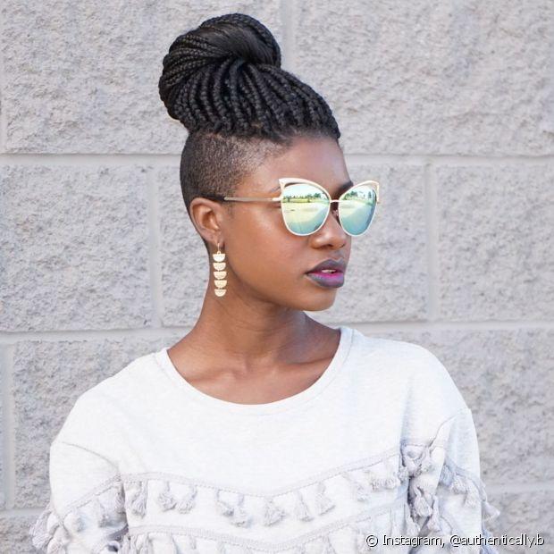 mulher com óculos espelhado e tranças