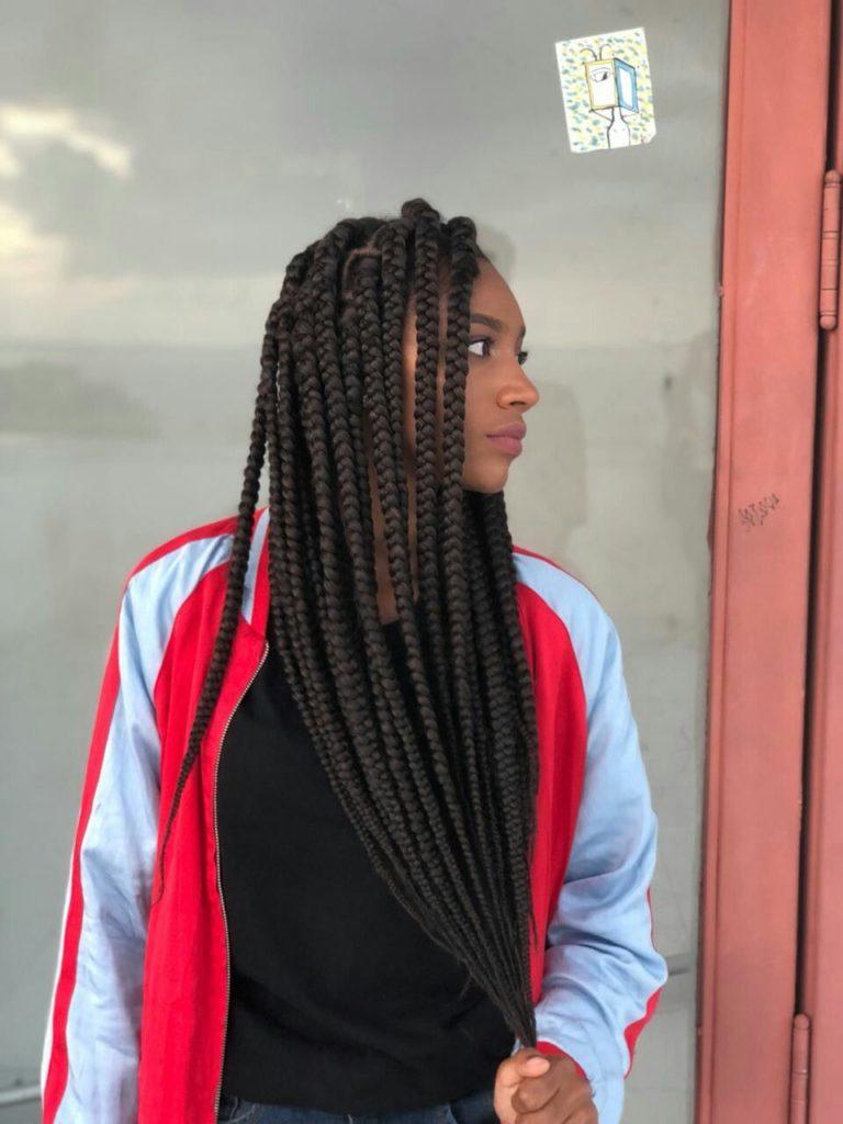 mulher negra com blçusa de frio