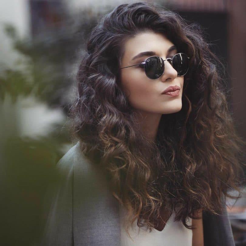 mulher de óculos de sol
