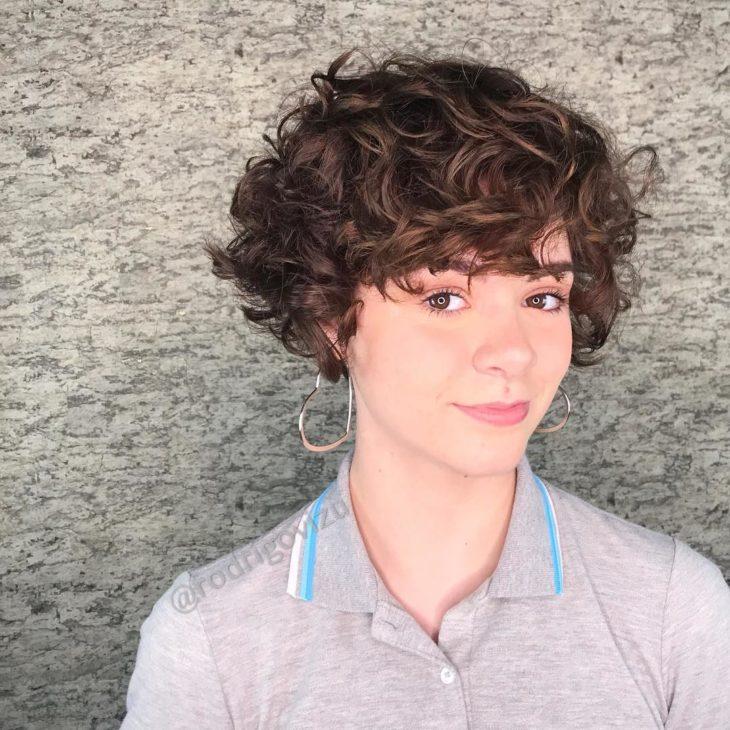mulher com cabelo curto