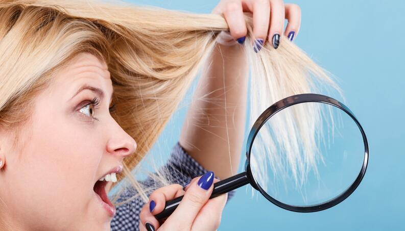 mulher com cabelo loiro danificado