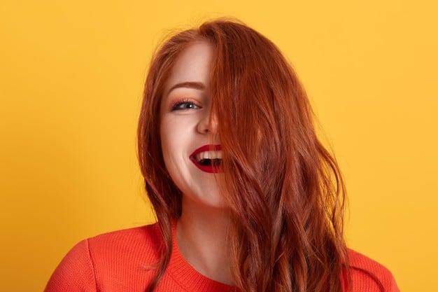 cabelo ondulado ruivo