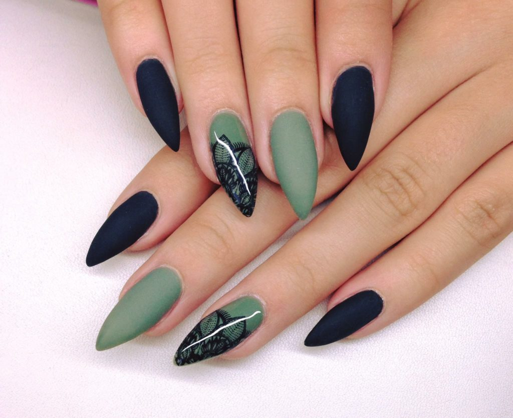 unhas verde e preto