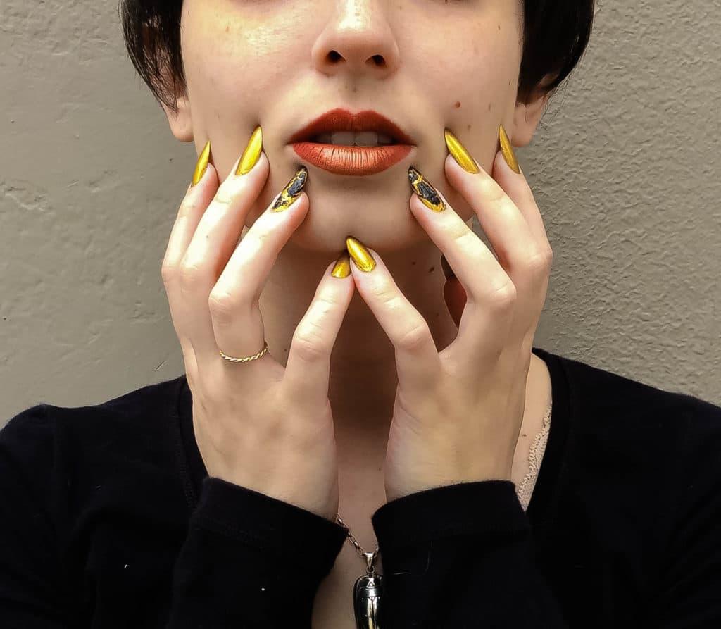 unha stiletto amarela e dourada