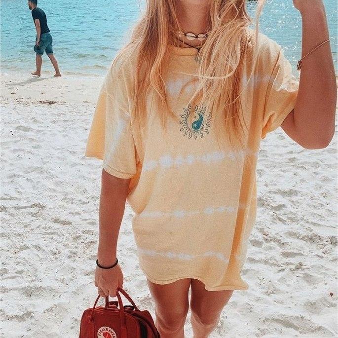 camiseta amarela tie dye