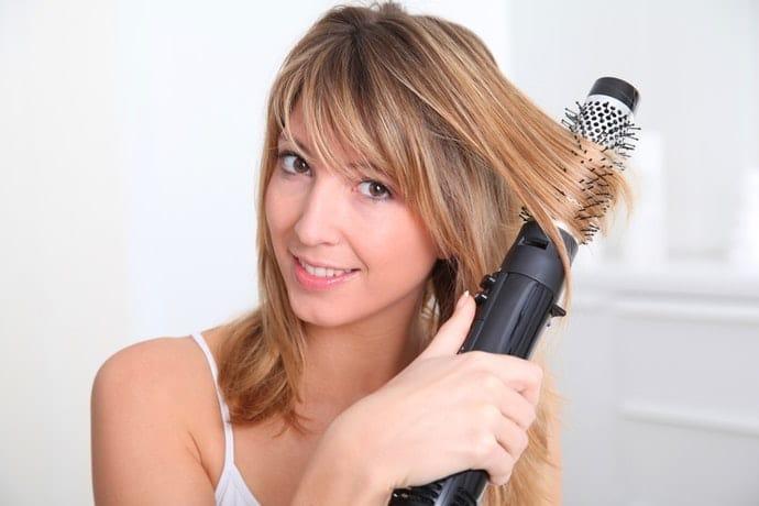 mulher com escova elétrica