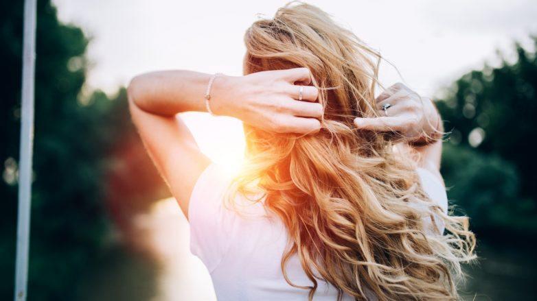 mulher com os cabelos soltos