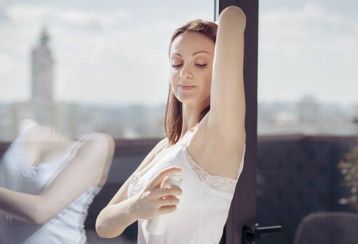 mulher usado desodorante