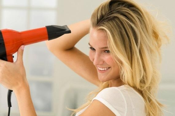 mulher com secador de cabelo