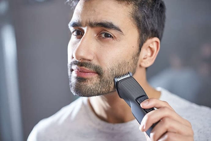 homem aparando a barba