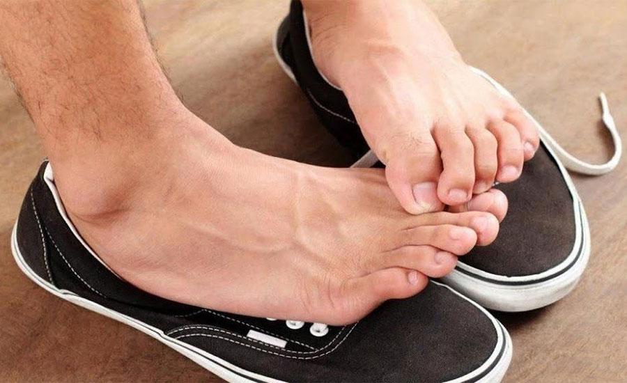 como tratar o mau cheiro nos pés