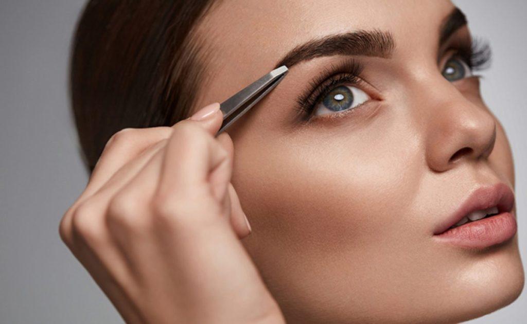 mulher fazendo sobrancelhas